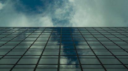 فوتیج تایم لپس بازتاب حرکت ابرها روی ساختمان تجاری