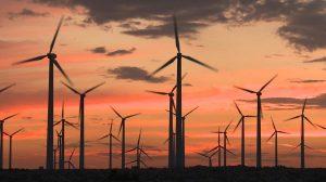 فوتیج توربینهای انرژی بادی در غروب صحرای کالیفرنیا