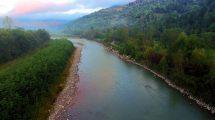 فوتیج هوایی از رودخانه کوهپایهای در زمان طلوع خورشید