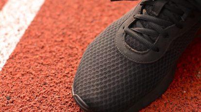 فوتیج کلوزاپ دونده در حال بستن بند کفش ورزشی