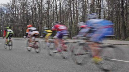 فوتیج ورزشی گروهی از دوچرخهسواران در مسابقه حرفهای