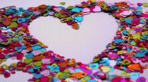 فوتیج وزش باد روی قلب های پولکی رنگارنگ