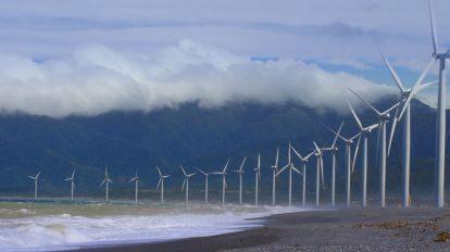 فوتیج توربینهای انرژی بادی در امتداد ساحل