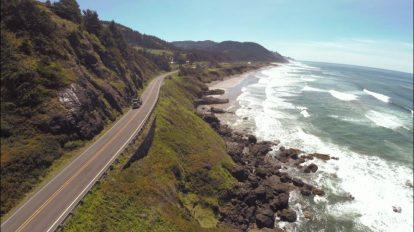 فوتیج هوایی از حرکت ماشین در جاده ساحلی