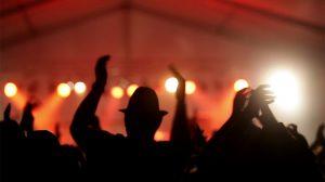 فوتیج ویدیویی از جمعیت در حال دست زدن در کنسرت