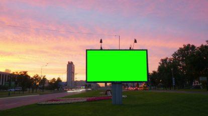 فوتیج ویدیویی تایم لپس از صفحه نمایش پرده سبز بیلبورد در خیابان