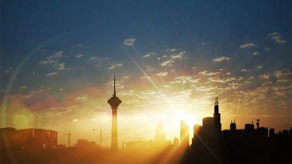 فوتیج ویدیویی طلوع خورشید در آسمان شهر