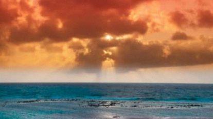 فوتیج تایم لپس از غروب طلایی خورشید در ساحل دریا