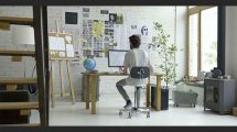 فوتیج ویدیویی از دفتر کار دنج و خلاقانه یک طراح