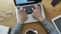 فوتیج ویدیویی فریلنسر طراح در حال کار با لپ تاپ