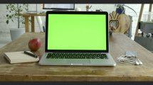 فوتیج ویدیویی موکاپ لپ تاپ روی میز چوبی کار