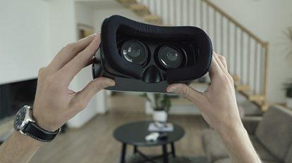 فوتیج ویدیویی قرار دادن هدست واقعیت مجازی روی سر