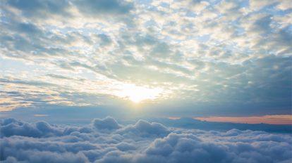 فوتیج ویدیویی طلوع خورشید در میان ابرهای آسمان