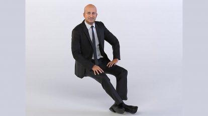 مدل سه بعدی یک مرد نشسته با کت و شلوار