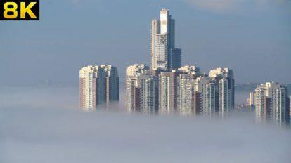 فوتیج هوایی حرکت در فضای مه آلود بالای آسمان خراش ها
