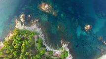فوتیج هوایی ساحل یک روستای مدیترانه ای