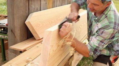 فوتیج نجار در حال سوهان کشی چوب برای پله