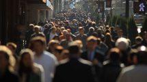 فوتیج حرکت جمعیت مردم از مقابل دوربین