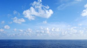 فوتیج چشم انداز زیبا دریا و ابرها و آسمان آبی