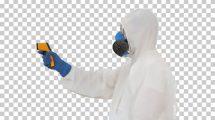 فوتیج مرد با لباس محافظ در حال چک کردن دمای بدن افراد