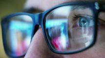 فوتیج کلوزاپ از چشمان مرد عینکی در حال تماشای معاملات بورس