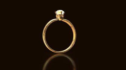 فوتیج حلقه عروسی طلایی در حال چرخیدن