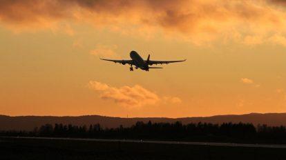 فوتیج پرواز هواپیما در غروب آسمان