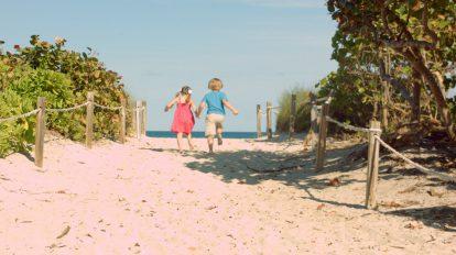 فوتیج ویدیویی دویدن دو کودک به سمت ساحل
