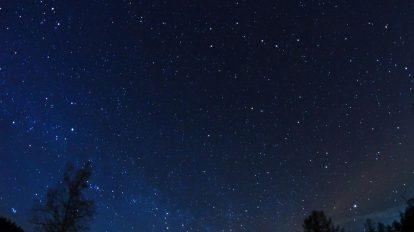 فوتیج ویدیویی تایم لپس ستارگان در آسمان شب