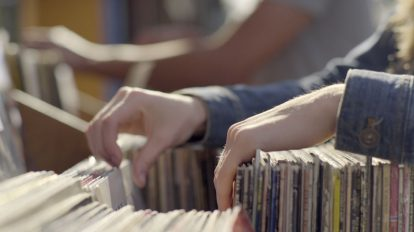 فوتیج ویدیویی زن جوان در حال انتخاب سی دی