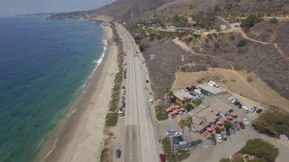 فوتیج ویدیویی هوایی حرکت روی اتوبان ساحلی