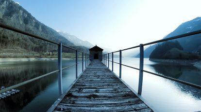 فوتیج ویدیویی هوایی حرکت روی گذرگاه دریاچه