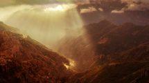 فوتیج ویدیویی منظره تابش نور روی کوه و دره