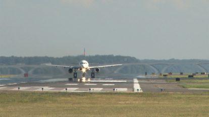 فوتیج ویدیویی پرواز هواپیما در باند فرودگاه