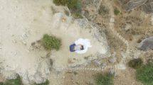 فوتیج هوایی از یک عروس و داماد در لبه صخره ها