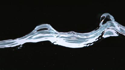 فوتیج ویدیویی اسلوموشن حرکت امواج روی سطح آب
